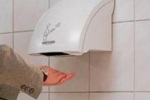 Сушить руки под сушкой опасно